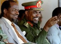 Sudan President Omar Hassan al-Bashir (R) watchs with Mozambique President Joaquim Chissano